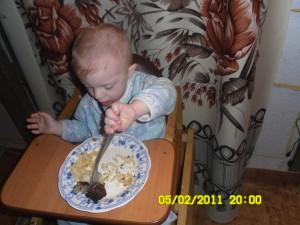 Как научить ребенка кушать